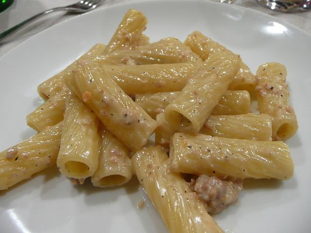 Rigatoni panna, salsiccia e salsiccia