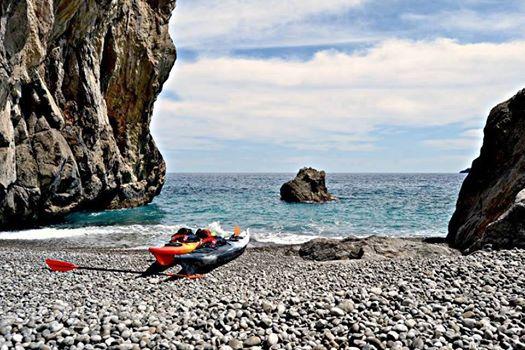 In kayak nelle acque della costiera