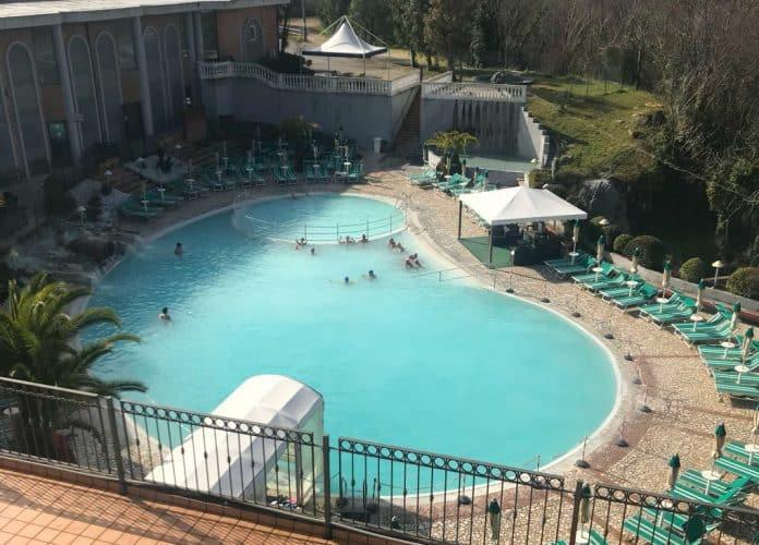 La grande piscina termale all'aperto dell'Hotel Terme Capasso a Contursi..