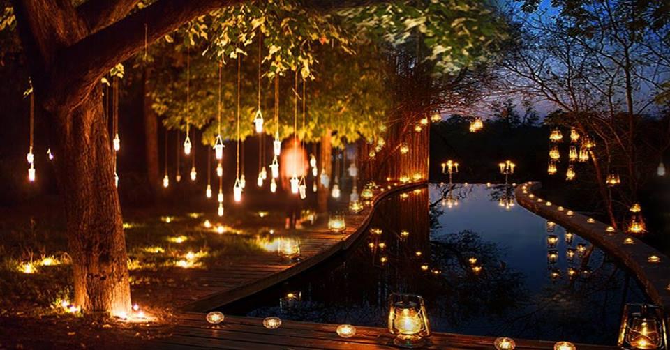 La notte delle candele nel bosco delle fate al lago d'averno