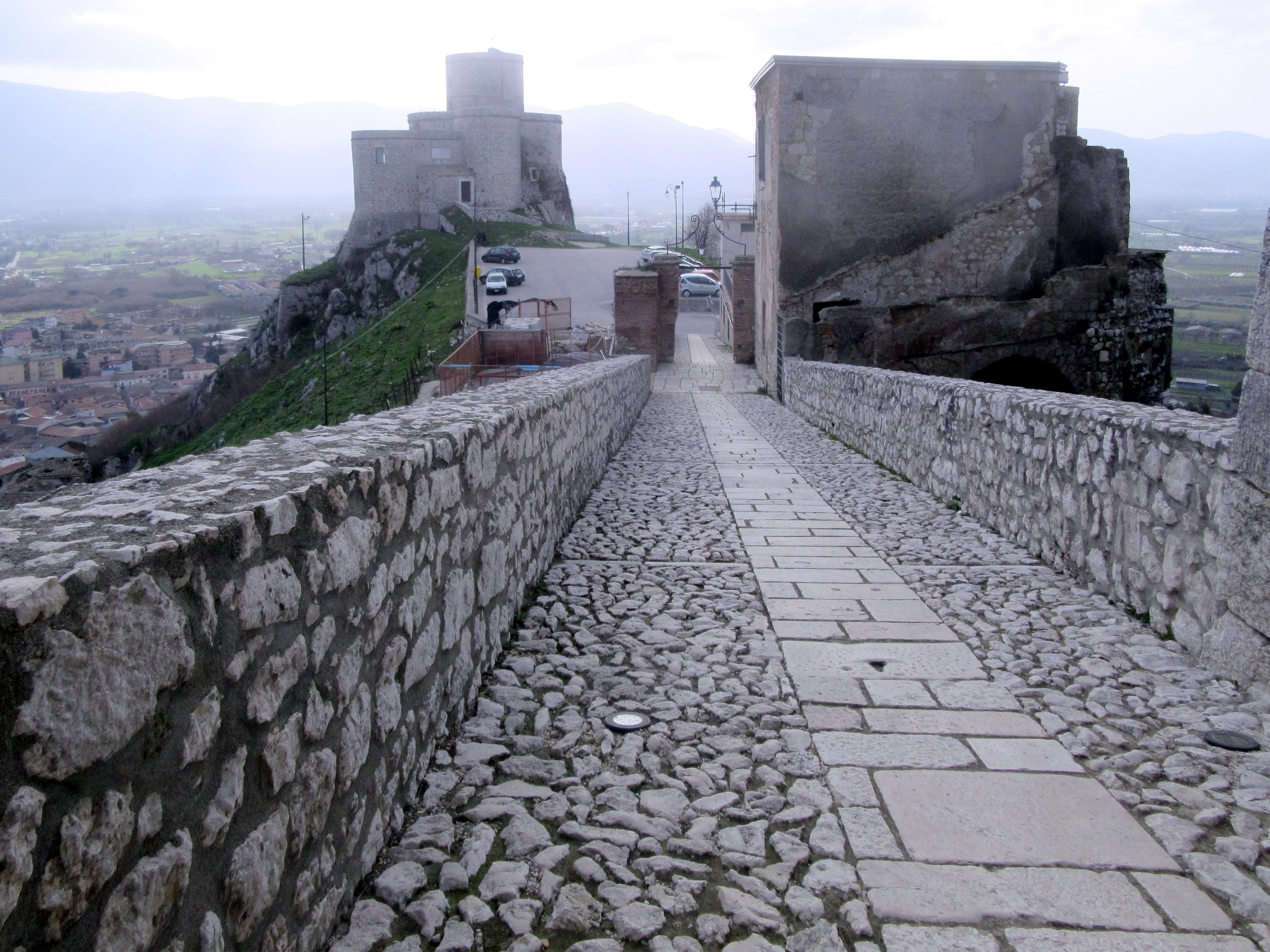 Mobtesarchio. Foto da https://it.wikipedia.org/wiki/File:Montesarchio_(BN),_passerella_ingresso_al_Castello_2.jpg