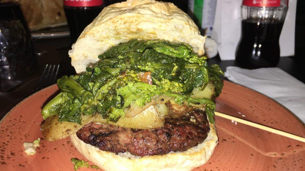 panino friarielli, hamburger, caciocavallo e patate al forno.