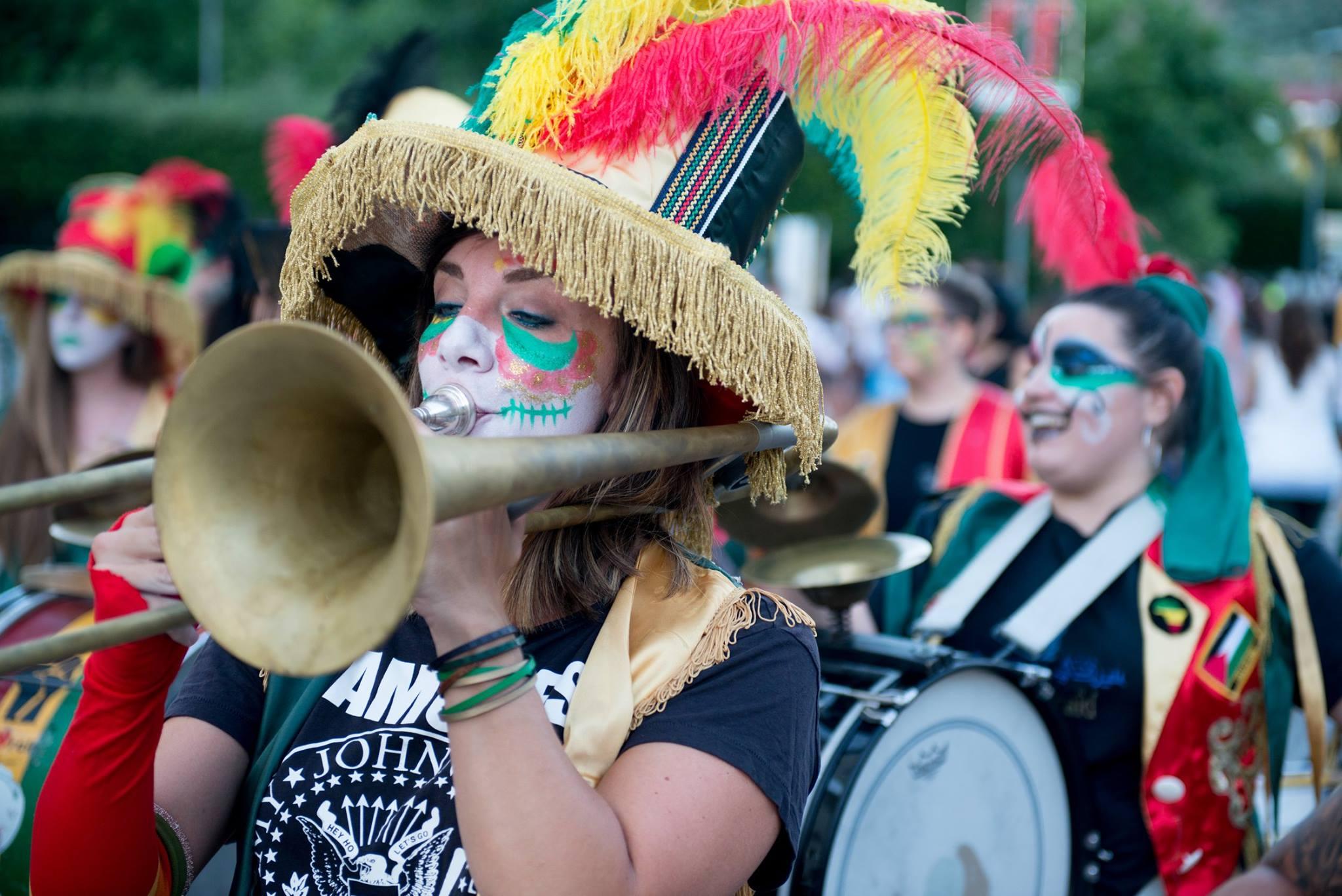 Risultati immagini per Murga Los Espantapajaros organizza il Festival Murguero BATTIPAGLIA